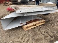 *V-splitter for grain truck