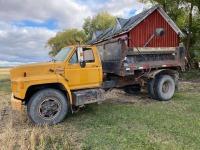 *1992 Ford F700 s/a truck, 462,907 showing, VIN# 1FDPK74P6NVA02592, Owner: RAY-EL Farms Ltd, Seller: Fraser Auction_____________ ***TOD & KEYS***